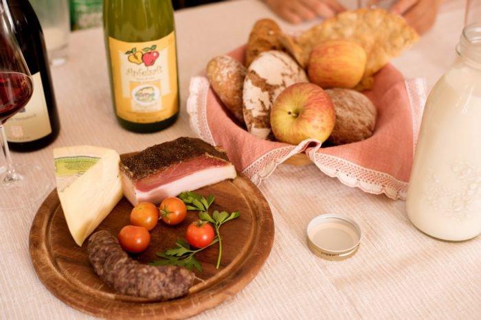Frühstückskorb mit bäuerlichen Hofprodukten